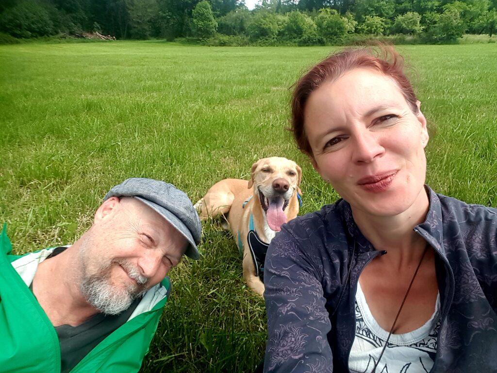 Michaela und Udo Schwestka mit Anton auf der Wiese